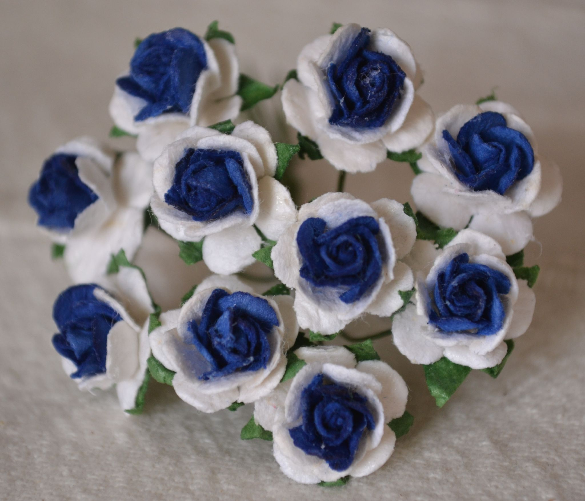 15cm royal blue center with white mulberry paper roses izmirmasajfo